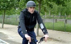 В Ford показали «умную» куртку для велосипедистов