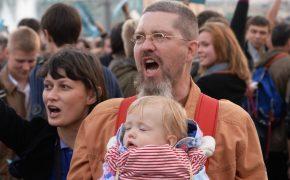 Госдума ввела штраф за детей на митингах