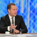 Медведев остановил падение зарплат