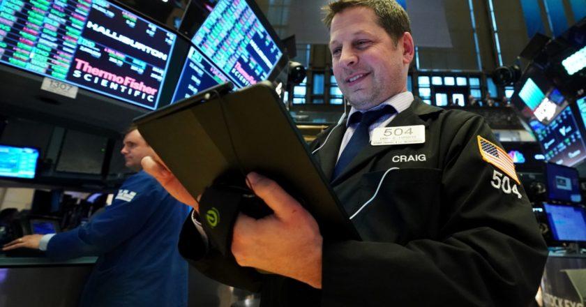 Трейдер Крейг Эспозито в момент закрытия торгов на Нью-Йоркской фондовой бирже. Брайан Смит / РИА Новости