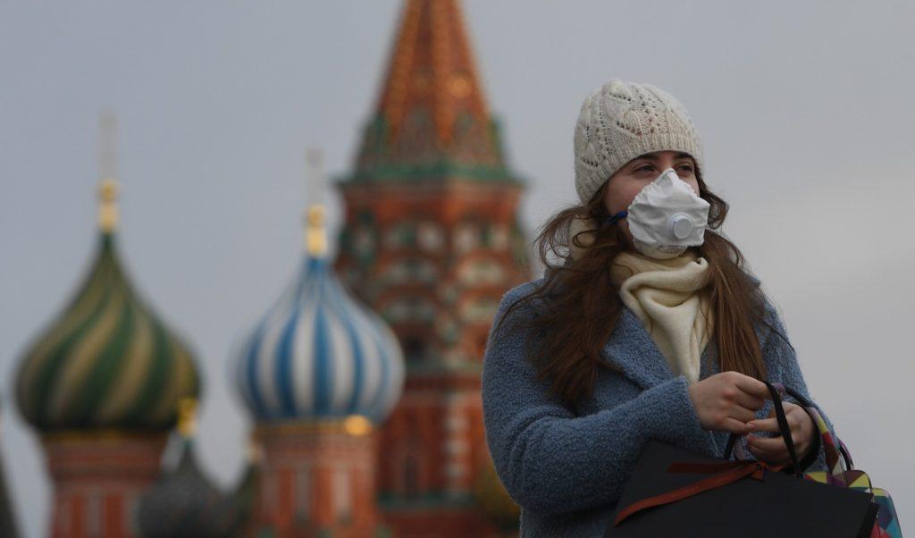 Женщина в медицинской маске на Красной Площади в Москве. Нина Зотина / РИА Новости