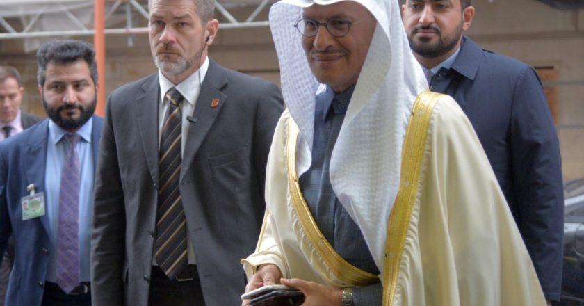 Министр энергетики Саудовской Аравии принц Абдель Азиз бен Сальман перед заседанием министров стран ОПЕК (Организации стран - экспортеров нефти) в Вене. Страны ОПЕК обсуждают единую позицию по сокращению добычи нефти в рамках ОПЕК+ в условиях коронавируса. Алексей Витвицкий / РИА Новости