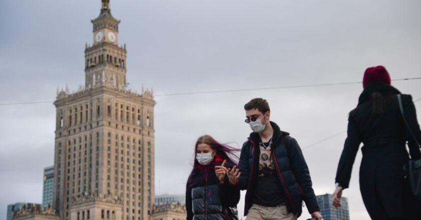 Прохожие в медицинских масках на улице в Варшаве. Алексей Витвицкий / РИА Новости