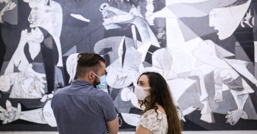 Посетители в Национальном центре искусств королевы Софии в Мадриде. Музей не работал более двух месяцев в связи с коронавирусом. Алехандро Мартинез Велез / РИА Новости