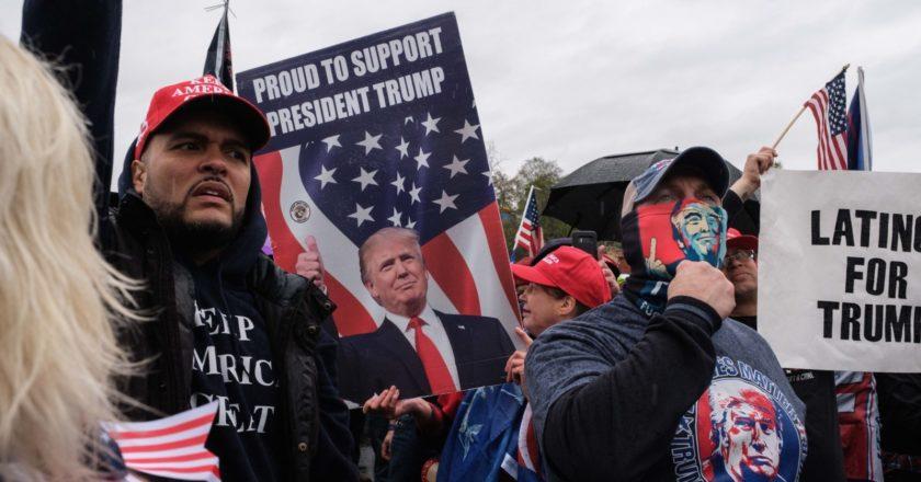 Участники автопробега в поддержку Дональда Трампа собрались на стоянке Palisades Center в пригороде Нью-Йорка. Юки Ивамура / РИА Новости