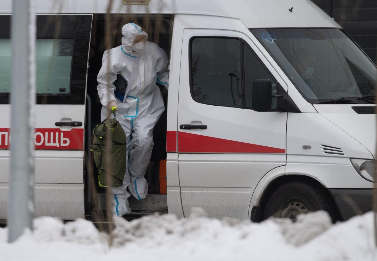 Врач бригады скорой медицинской помощи, которая доставила пациента в карантинный центр в Коммунарке. Илья Питалев / РИА Новости