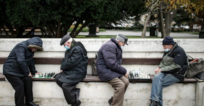 Мужчины играют в шахматы на Приморском бульваре в Севастополе. Константин Михальчевский / РИА Новости
