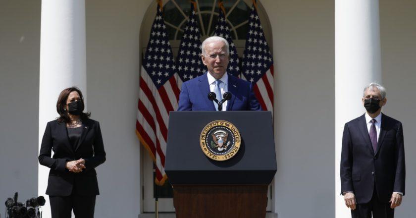 Вице-президент США Камала Харрис, президент США Джо Байден и генеральный прокурор и глава минюста США Меррик Гарланд (слева направо) во время брифинга в Вашингтоне. Стрингер / РИА Новости