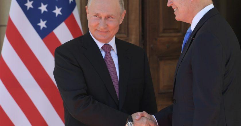 Президент РФ Владимир Путин и президент США Джо Байден (справа) во время встречи в Женеве на вилле Ла Гранж. Сергей Гунеев / РИА Новости
