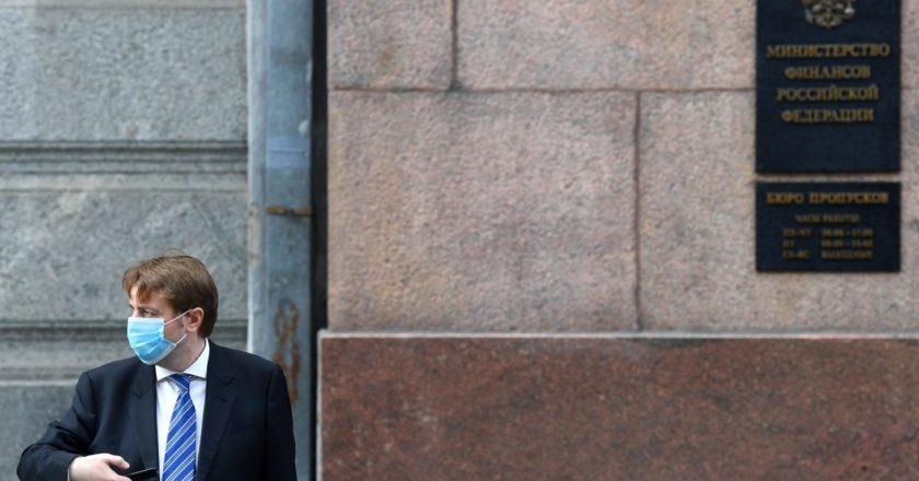 Мужчина в медицинской маске у здания Министерства финансов РФ в Москве. Алексей Майшев / РИА Новости