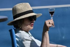 Женщина с бокалом вина на берегу Черного моря в Ялте. Константин Михальчевский / РИА Новости