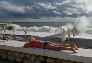 Женщина на набережной возле пляжа. Екатерина Лызлова / РИА Новости