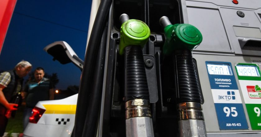 Топливные пистолеты на автозаправочной станции в Москве. Цены на бензин и дизельное топливо в Москве за неделю с 2 по 9 августа увеличились на 11-16 копеек, при этом больше всего подорожал бензин Аи-98. Кирилл Каллиников / РИА Новости