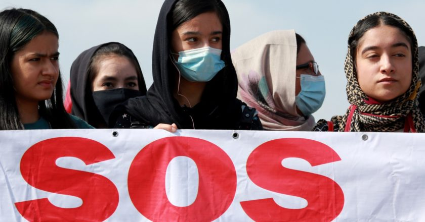 Участники акции протеста беженцев из Афганистана у здания посольства США в Бишкеке. Игорь Егоров / РИА Новости