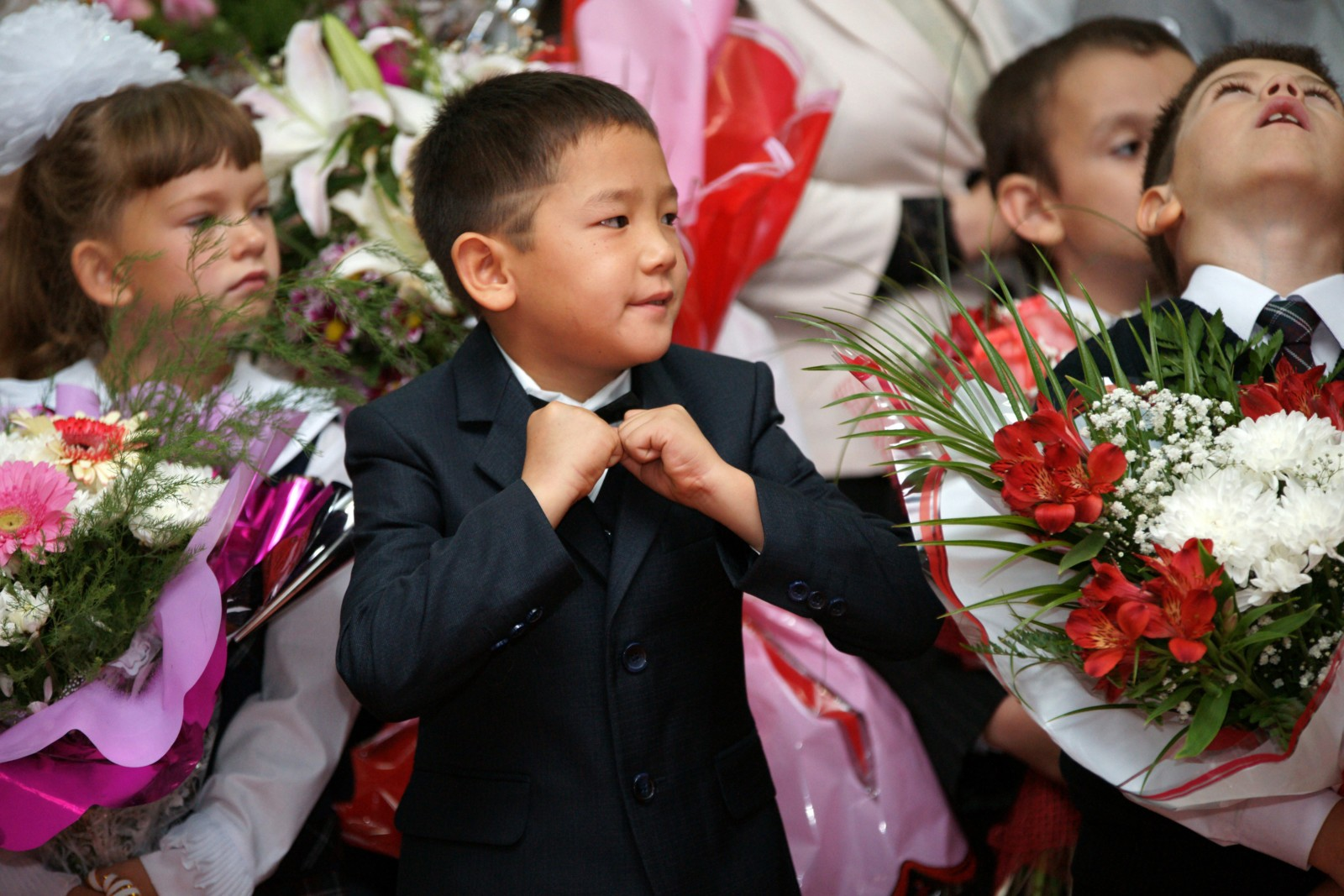 Первоклассники на линейке, посвященной началу нового учебного года, в одной из школ города Самара. Юрий Стрелец / РИА Новости